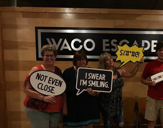Waco, Teksas: Group photo after our escape room experience