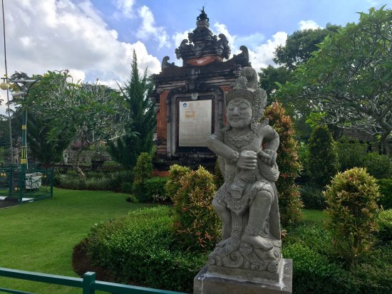 Mengwi, Indonesia: Строения и скульптуры древнего комплекса