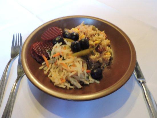 Hotel zum Weyssen Roessle: Antes de tu pedido para cenar, te invitan a servirte todo tipo de ensaladas