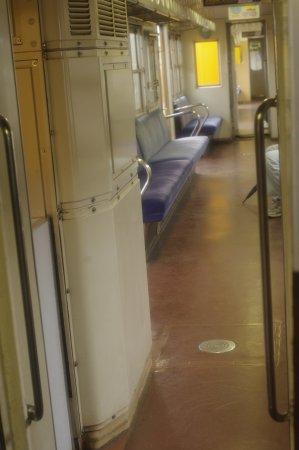 Yokkaichi, Japan: 幅が狭い車両内