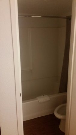 Saint Joseph, Μιζούρι: the toilet with little room as it is super close to the wall