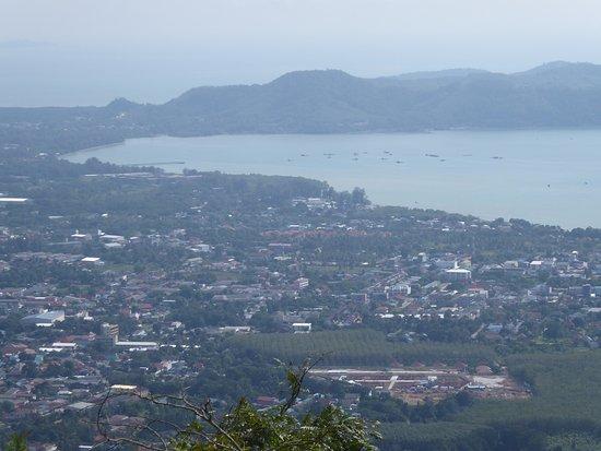Chalong, Tailandia: Fernblick über Phuket (östliche Richtung) bei nicht so klarer Sicht.