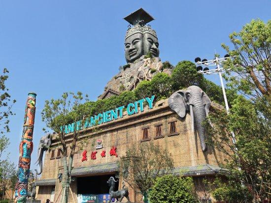 Ningxiang County, China: 这一门头造型正是由两件国宝经过艺术加工演绎而来的:四羊方尊与人面纹方鼎。