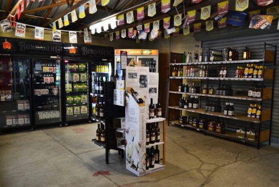 Hughenden, Australia: Drive thru bottle shop at the back