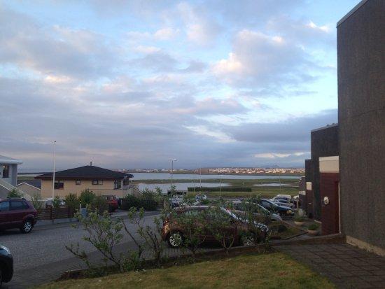 Keflavik, Ισλανδία: view from the main door - nice residential area