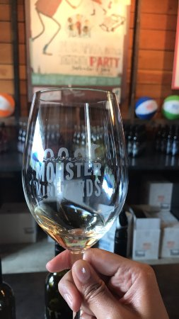 Penticton, Canadá: Wine tasting at Monster Vineyards