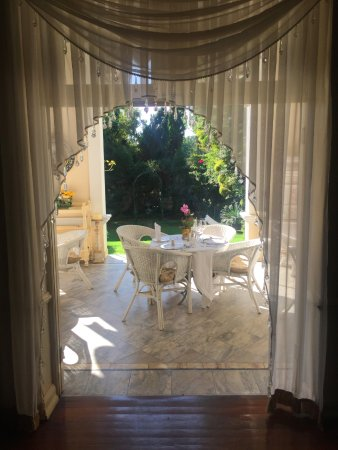Illyria House: Looking from inside hotel out through terrace into garden