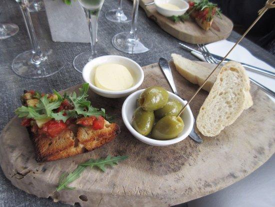 Purmerend, Niederlande: eerste gerechtje met olijven en brood