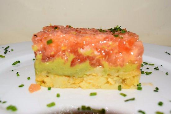 San Sebastian de los Reyes, Spania: Tartare de salmón con guacamole y migas de patatas fritas