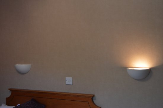 East Ayton, UK: One light worked above the bed - the other didn't
