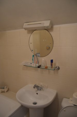 East Ayton, UK: The light above the mirror didn't work