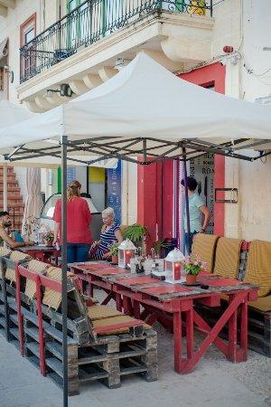 Senglea, Malta: Outside dining, recycled pallets