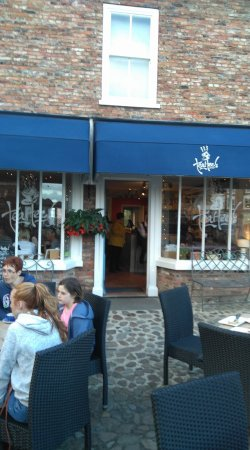 Easingwold, UK: No tea at Tee Hees after 8:00 pm - don't get there at two minutes past!