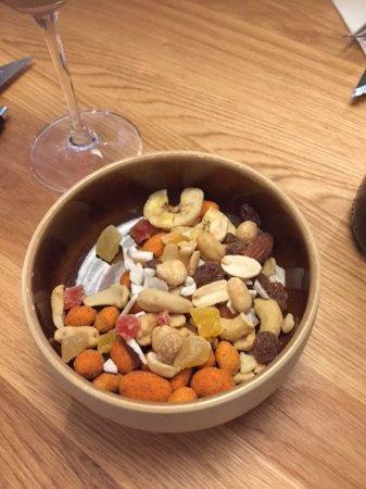 Sandnes, Νορβηγία: Lots of nuts