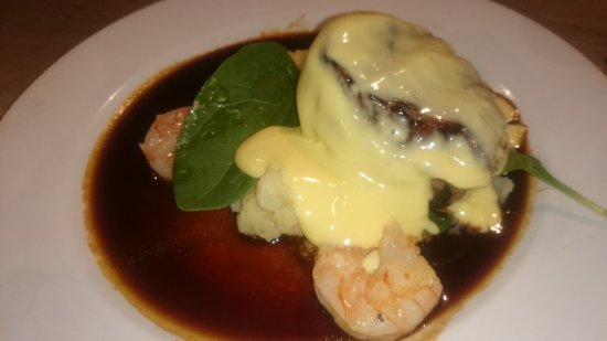 Berry, Австралия: Beef fillet and prawns