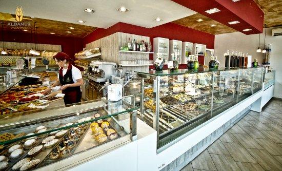 Fiano Romano, Italien: Il nostro bancone - dolce, salato, pasticceria, pizza, caffè. Gusto per ogni ora.