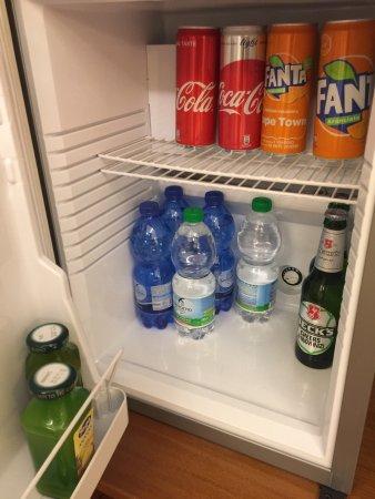 Hotel Le Isole: デラックスダブルの部屋の写真です。バスタブ付き、冷蔵庫のドリンクフリー、日本と同じ型の電源があります。