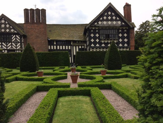 Congleton, UK: Formal gardens at rear of hall