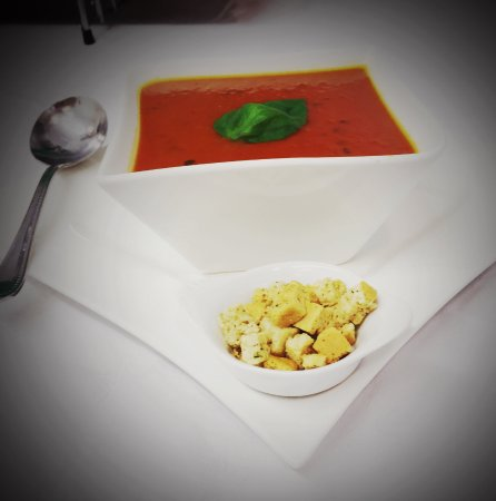 Corofin, Ireland: Tomato & basil soup, served with brown bread and a side of croutons