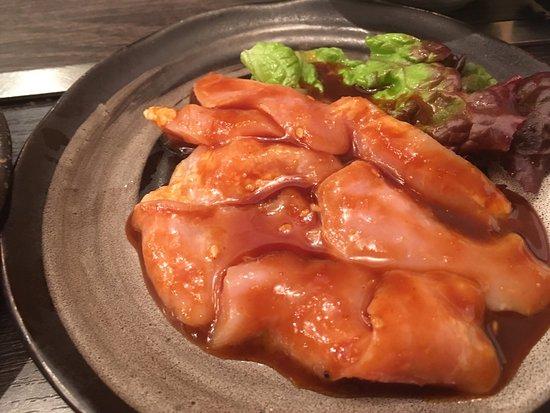 Matsusaka, Japão: ひとり焼肉しました。きさくに、おひとり様歓迎していただきました。ハーフサイズもあって、種類をたくさん注文できます。タレの味も塩、醤油、多彩です。薬味セットもあり、楽しいです。