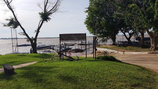 Paso de la Patria, Αργεντινή: Ingresso delle barche sul rio