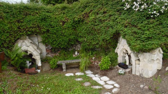 Sint-Truiden, เบลเยียม: Old stone miniature chapels under the bridge.