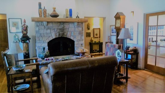Silver City, NM: Living room - to the right is a gallery/gift shop - our room just to right down hallway