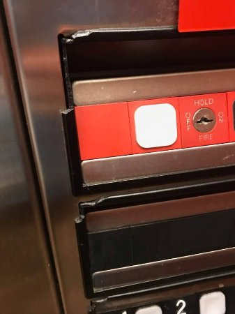 Exton, Pensylwania: Elevator buttons with missing plastic edges. General disrepair.