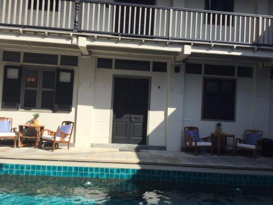 Noordin Mews: The pool & rooms.