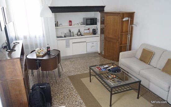 Residence Ca' Foscolo: Una cocina sencilla y muy equipada (en el mueble sobre la derecha se ocultan un refrigerador y u