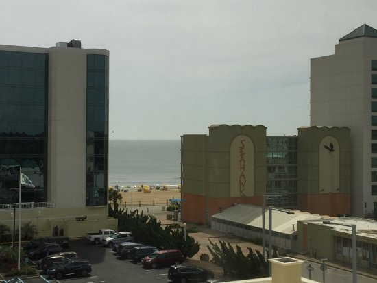 Clarion Inn & Suites Virginia Beach: Right side view Room 617