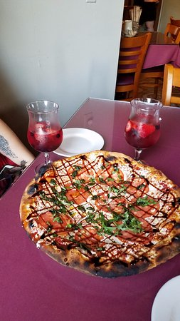 Saylorsburg, Pensilvanya: The Michelangelo pizza with the Triple Berry Sangria