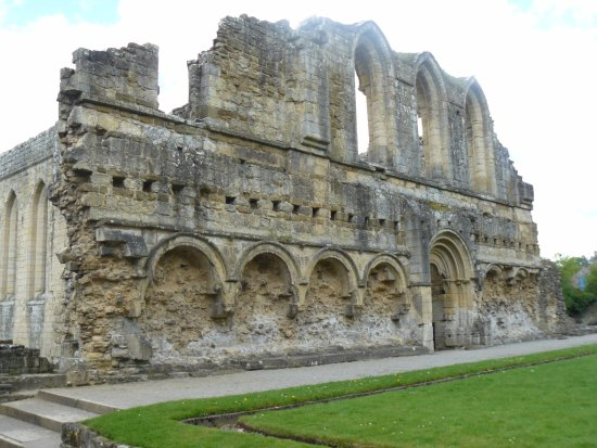 Helmsley, UK: Entrance to Monks Frater with Lavertorium Niches on both sides