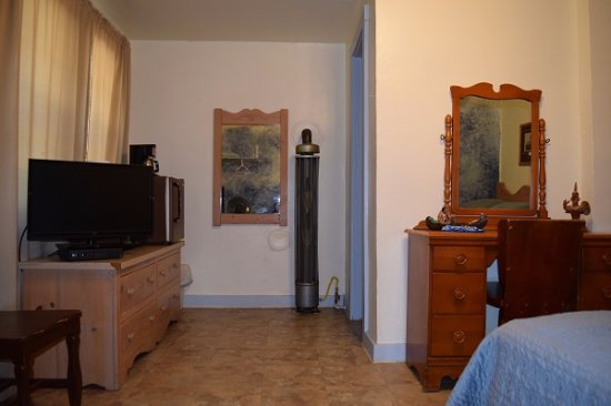 Stoney River Lodge: Eagle Room showing TV, Microwave, mini fridge and desk