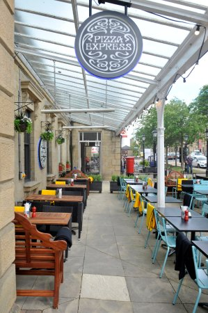 Ilkley, UK: Lovely new benches and tables outside.