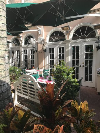 The Chesterfield Palm Beach: Patio area
