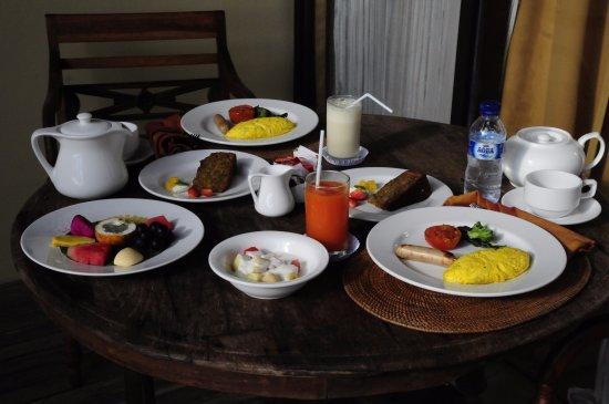 Komaneka at Tanggayuda: Breakfast in room