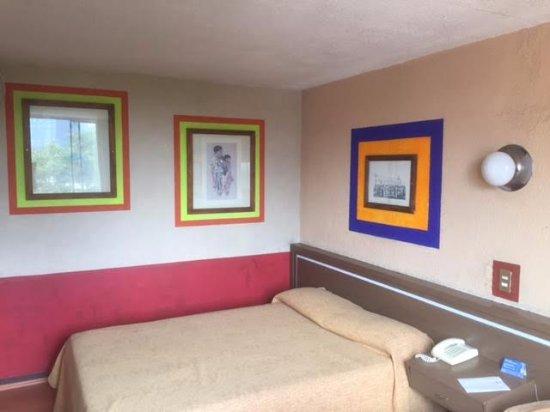 Posada Viena Hotel: Una de las dos camas del cuarto