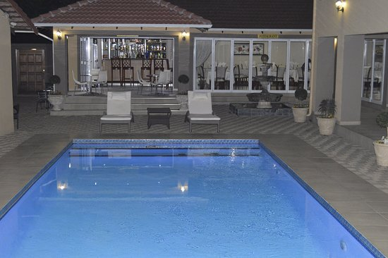 Benoni, Güney Afrika: View of pool, bar and restaurant.