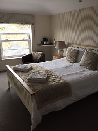 Newport Guest House: Very nice room for a b&b with a good shower room attached.