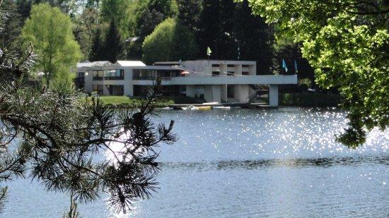 Egletons, Francia: Le bâtiment principal au bord du lac