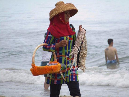 Sanya, Kina: жемчуг, девочки, жемчуг! Вчера было 3 нити за 100 юаней, сегодня уже 5 за 100!