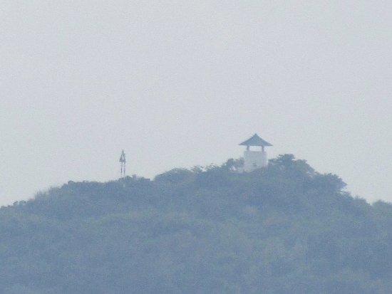 Sanya, Kina: справа вдали какой-то холм с таким сооружением наверху