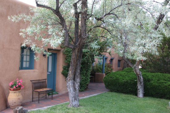 Pueblo Bonito Bed and Breakfast Inn: The grounds a very quiet.