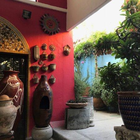 Casa de Las Flores: Outdoor dining area.