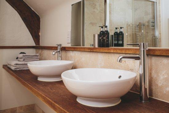 Dunsford, UK: bathroom