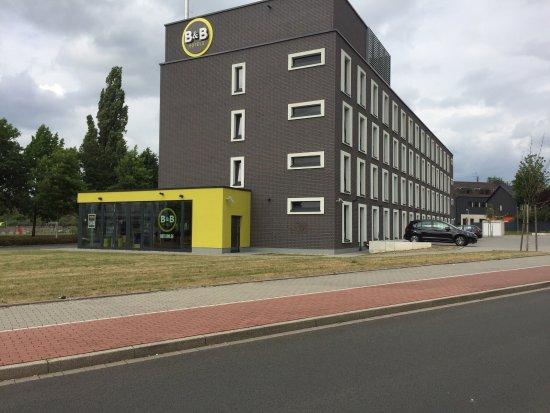 Muelheim an der Ruhr, Germany: Außenansicht mit Parkplätze rechts