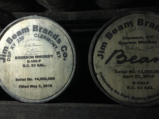 Clermont, Кентукки: The 13 and 14 millionth barrels of Jim Beam on the racks for aging.