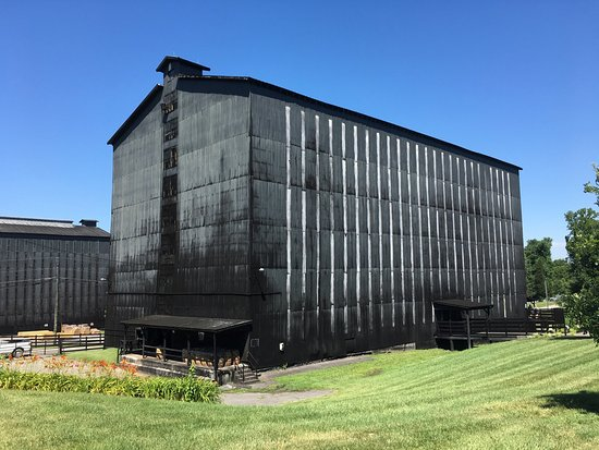 Clermont, Кентукки: One of the many rack houses storing Jim Beam during the aging process.