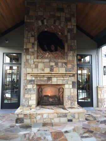 Sautee Nacoochee, Τζόρτζια: Beautiful outdoor fireplace at Yonah Mountain